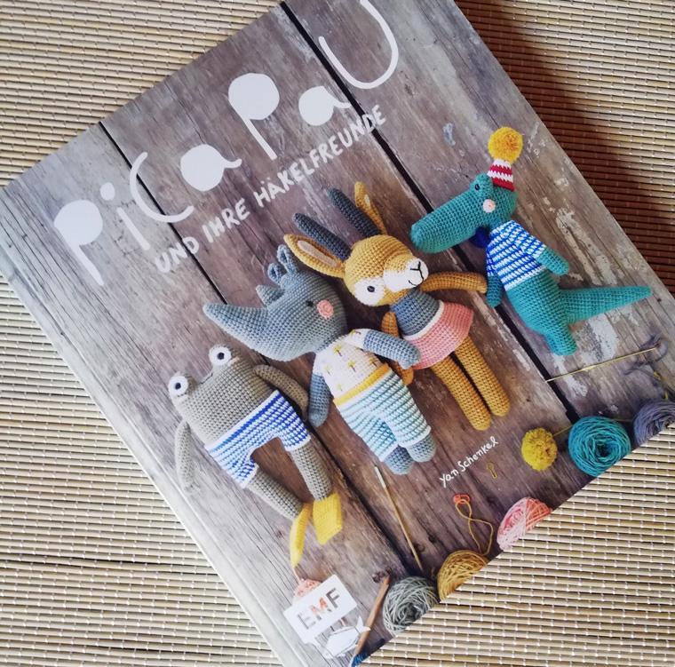 Rezension und Buchcover zu Pica Pau und ihre Häkelfreunde von der Autorin Yan Schenkel im EMF Verlag