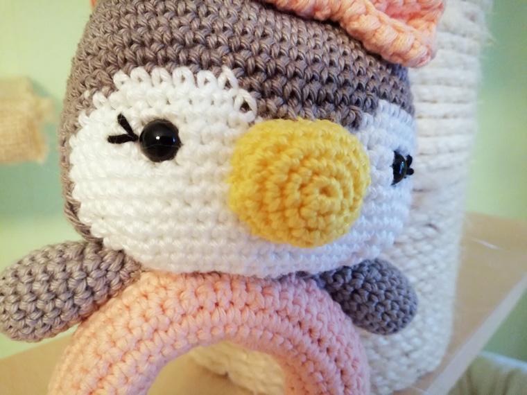 Babyspielzeug häkeln als Pinguin