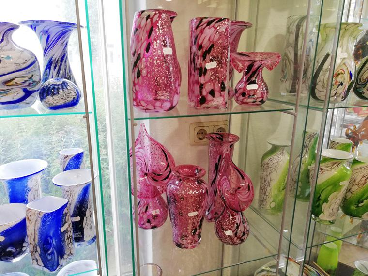 Vasen aus der Glasbläserei Blumberg im Ostseebad Binz