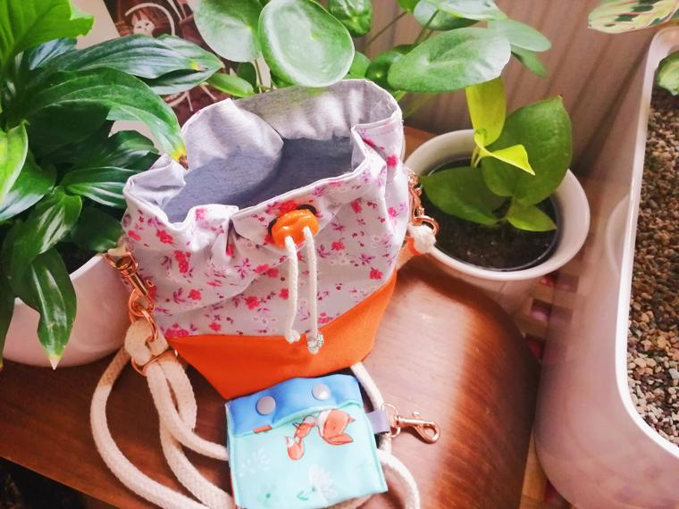 Personalisierte Kotbeutelspender und Futterbeutel für kleine Hunde