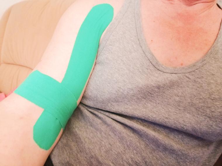 Kinesiotape Anleitung Muskelschmerzen im Oberarm