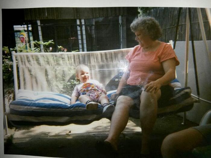 Meine Oma und ich auf der Hollywoodschaukel